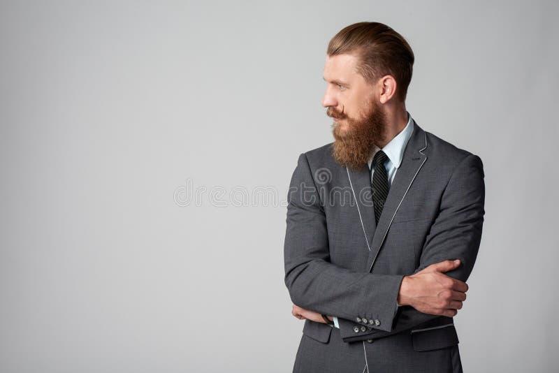 Hombre de negocios del inconformista que mira al lado imagen de archivo