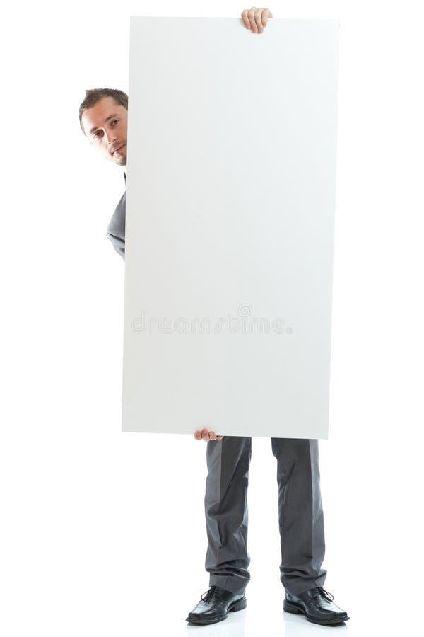 Hombre de negocios del lazo del traje que exhibe el cartel foto de archivo