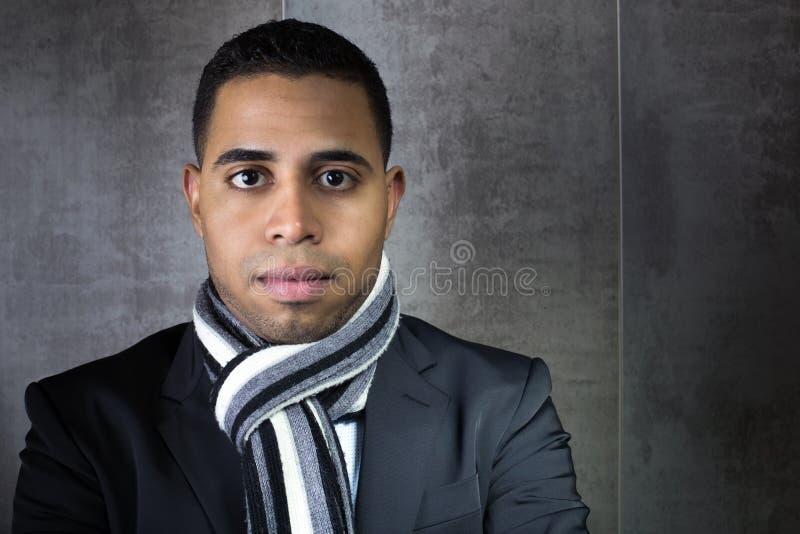 Hombre de negocios del retrato que espera al lado de la pared imágenes de archivo libres de regalías
