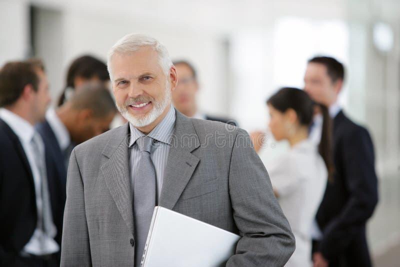 Hombre de negocios delante de las personas de las ventas fotos de archivo