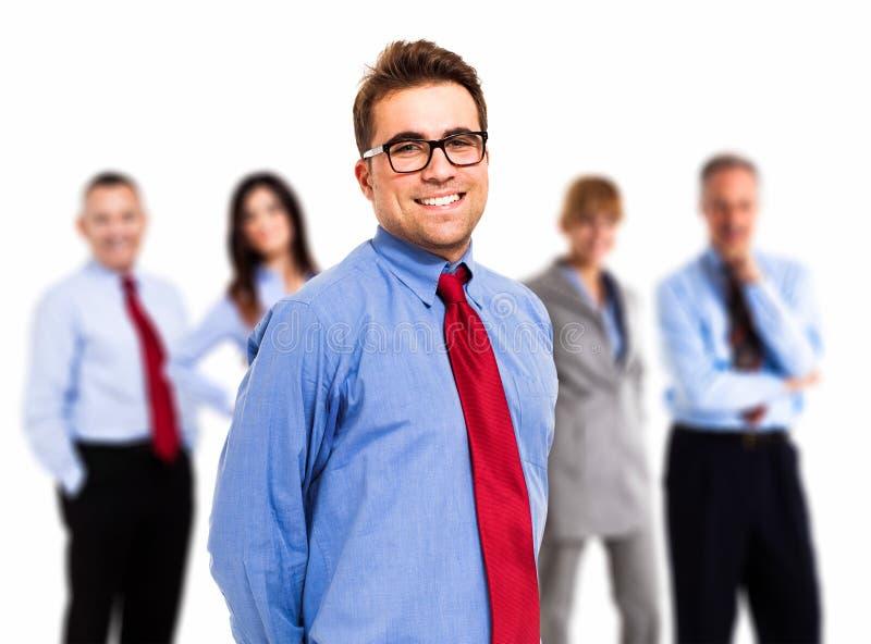 Hombre de negocios delante de su equipo imagenes de archivo