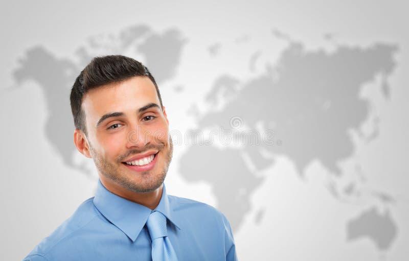 Hombre de negocios delante de un mapa del mundo imágenes de archivo libres de regalías