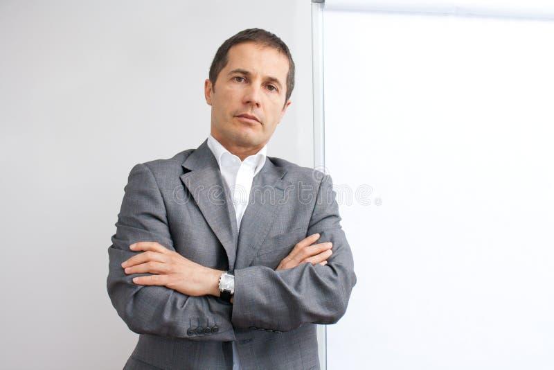 Hombre de negocios delante del whiteboard foto de archivo libre de regalías