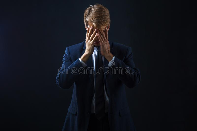 Hombre de negocios deprimido Problemas presionada y confundida, del trabajo y crisis económica fotos de archivo libres de regalías