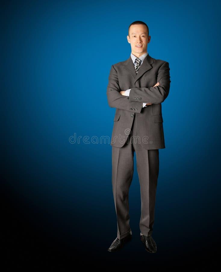 Hombre de negocios derecho sonriente en juego fotografía de archivo libre de regalías