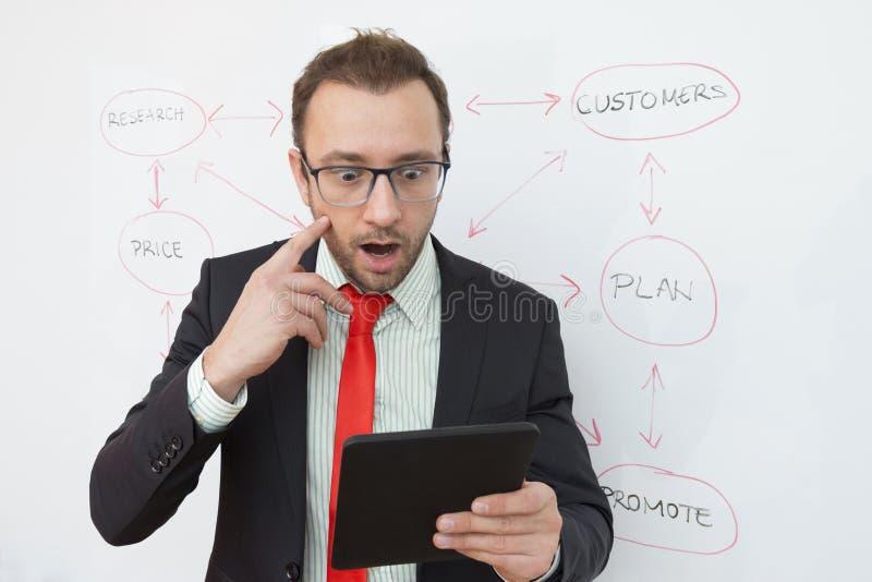 Hombre de negocios desagradable sorprendido con resultados de negocio foto de archivo libre de regalías