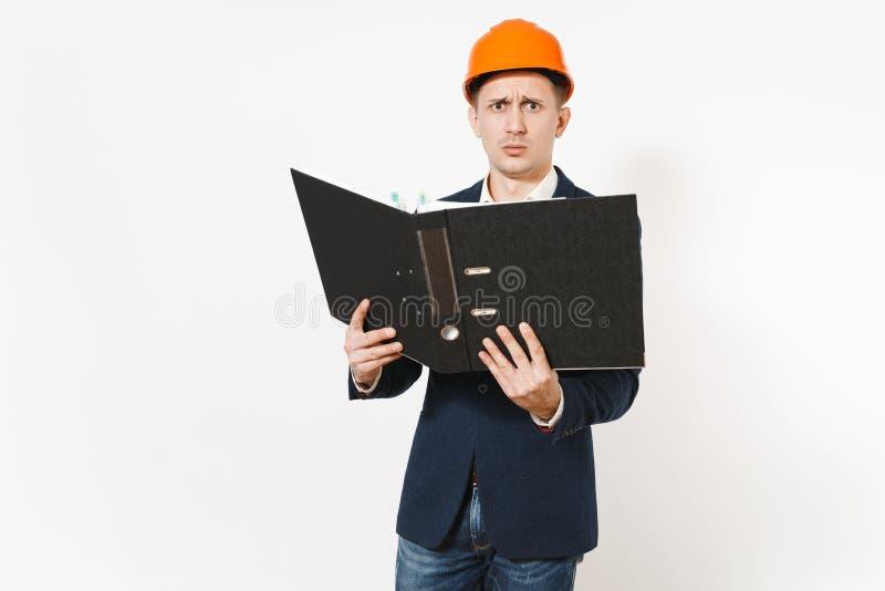 Hombre de negocios descontento agotado en el traje oscuro, casco protector de la construcción que sostiene la carpeta negra para  imagenes de archivo