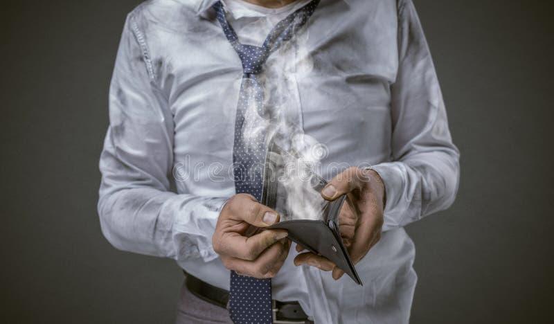 Hombre de negocios desempleado con la cartera vacía imágenes de archivo libres de regalías