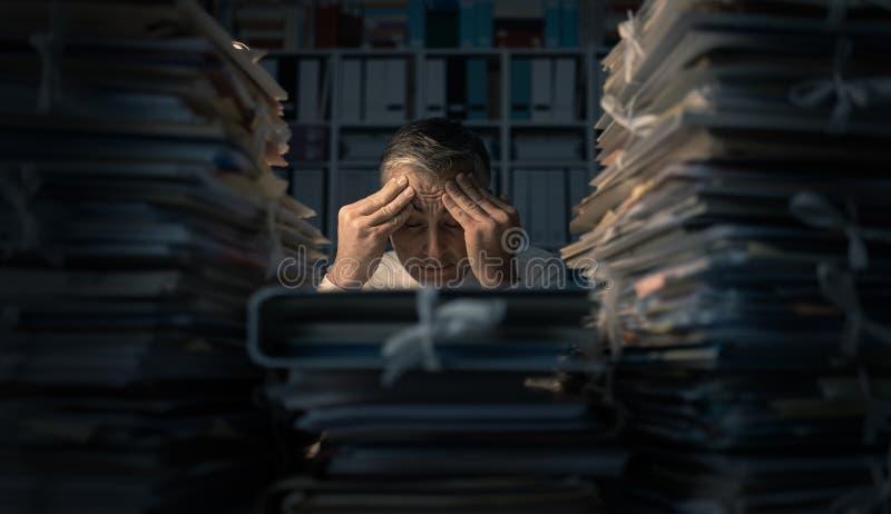 Hombre de negocios desesperado que trabaja tarde fotos de archivo libres de regalías