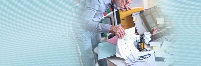Hombre de negocios desorganizado que busca los documentos, efecto luminoso; bandera panorámica fotografía de archivo