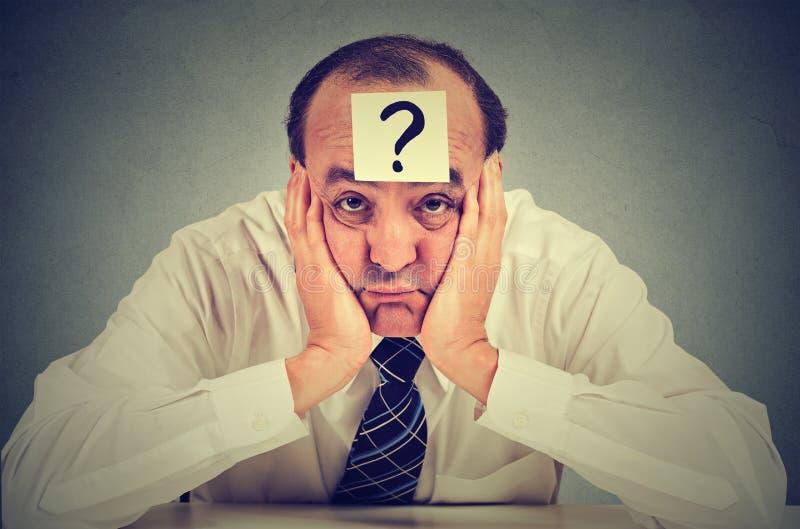Hombre de negocios desorientado con el signo de interrogación fotos de archivo libres de regalías