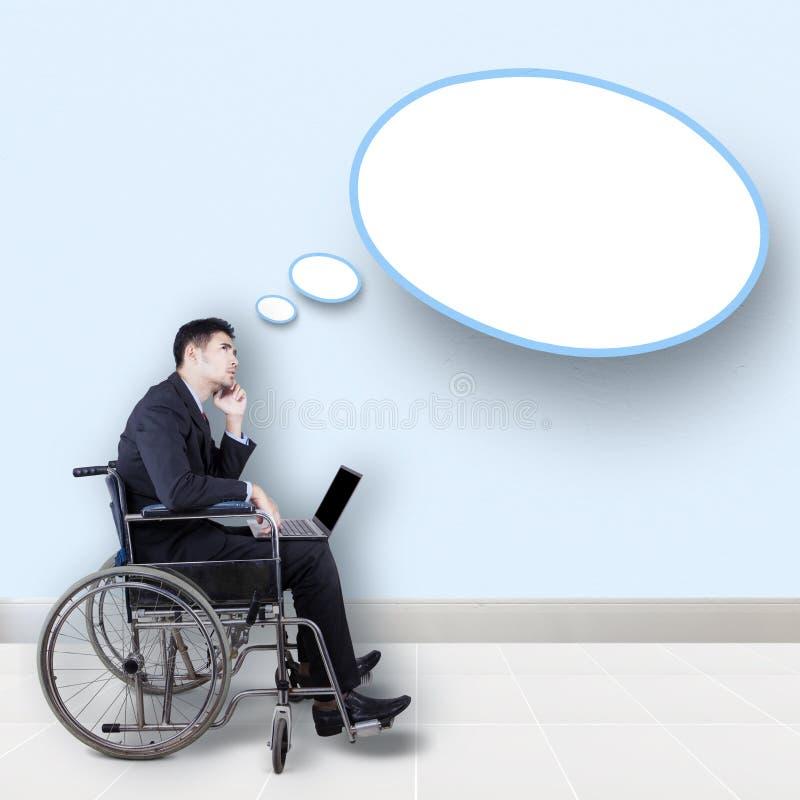 Hombre de negocios discapacitado con la burbuja del discurso fotografía de archivo