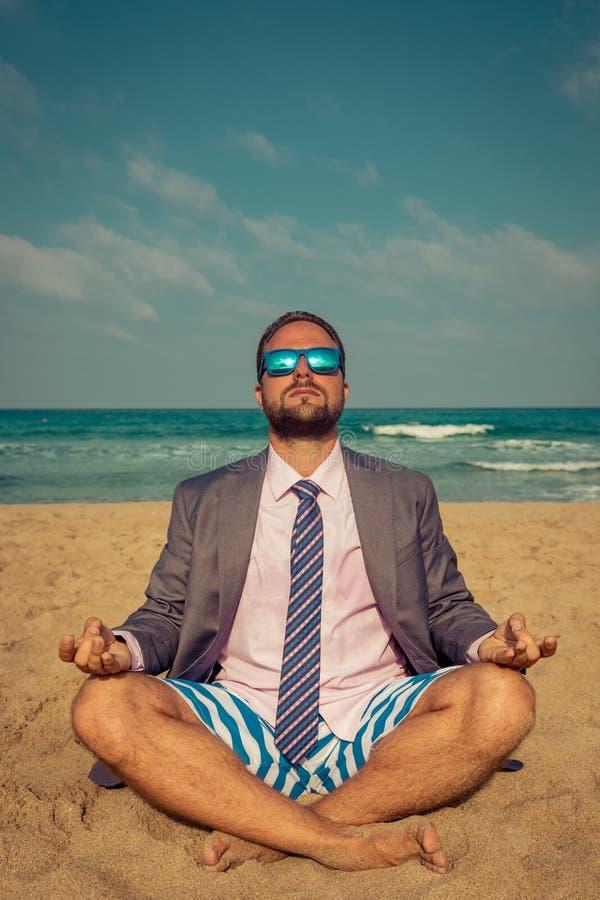 Hombre de negocios divertido en la playa imagenes de archivo