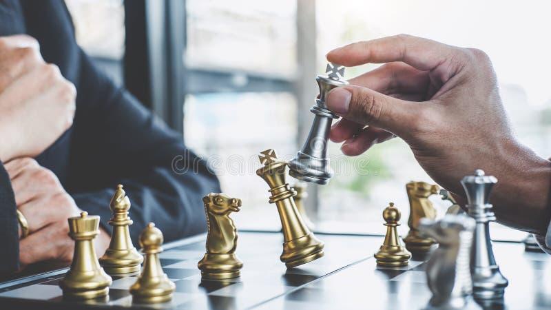 Hombre de negocios dos que juega al juego de ajedrez para planear la estrategia para el éxito, pensando para la dificultad de sup imágenes de archivo libres de regalías