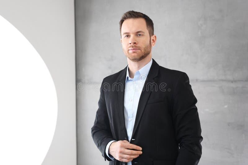 Hombre de negocios durante la presentación en la compañía fotos de archivo libres de regalías
