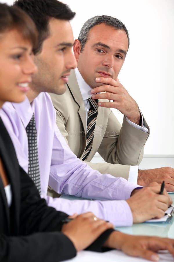 Hombre de negocios durante la reunión fotografía de archivo