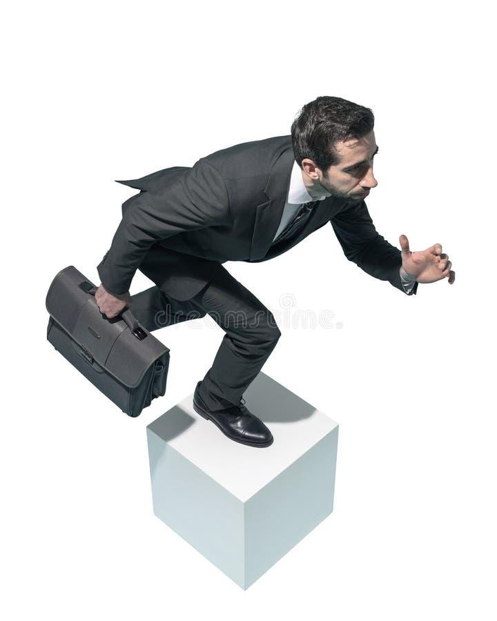 Hombre de negocios eficiente que corre con su cartera fotografía de archivo libre de regalías