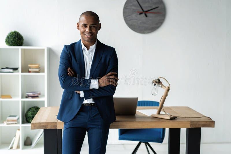 Hombre de negocios ejecutivo afroamericano alegre hermoso en la oficina del espacio de trabajo foto de archivo libre de regalías