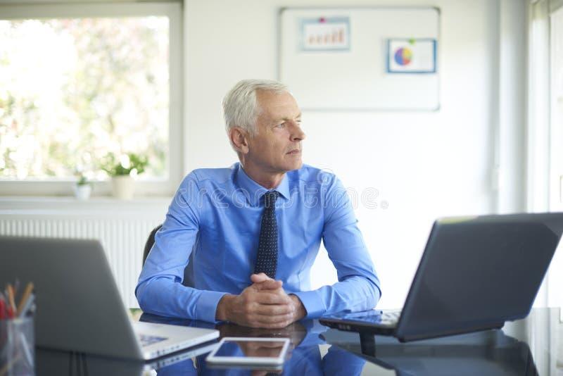 Hombre de negocios ejecutivo que trabaja en la oficina fotografía de archivo libre de regalías
