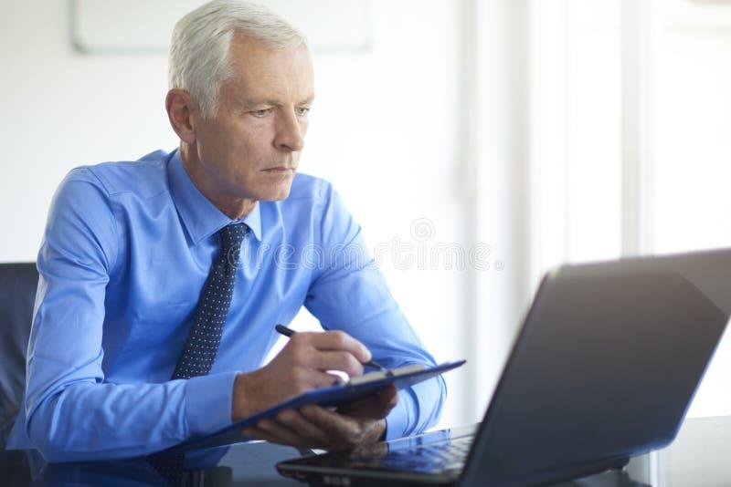 Hombre de negocios ejecutivo que trabaja en la oficina imágenes de archivo libres de regalías