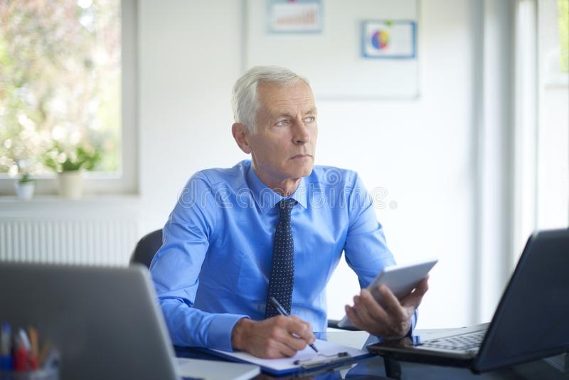 Hombre de negocios ejecutivo que trabaja en la oficina foto de archivo libre de regalías