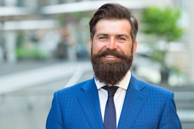 Hombre de negocios elegante del hombre Acertado y motivado para el éxito Traje de moda del desgaste barbudo del hombre de negocio fotografía de archivo libre de regalías