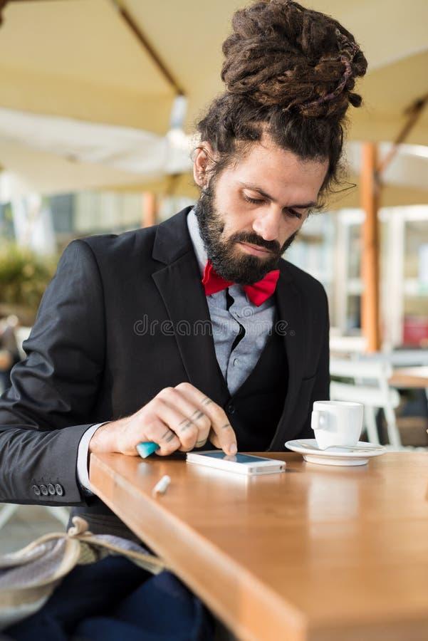 Hombre de negocios elegante elegante de los dreadlocks en la barra fotografía de archivo