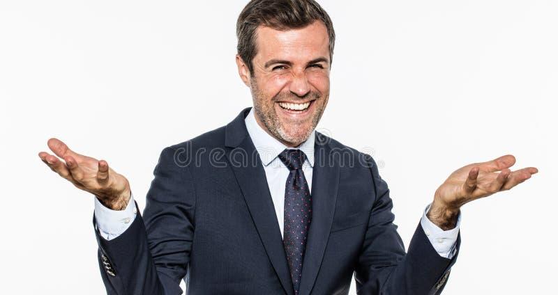 Hombre de negocios elegante emocionado que ríe y que sonríe mostrando franqueza y éxito fotografía de archivo