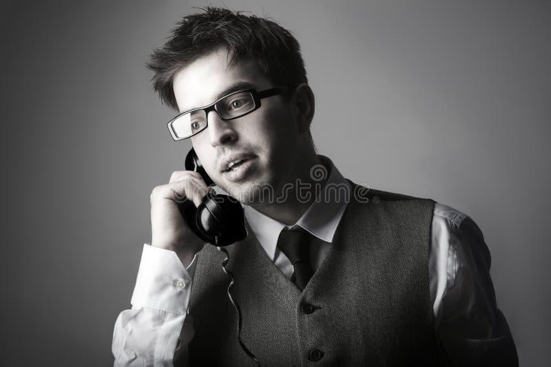 Hombre de negocios elegante joven que habla en el teléfono fotos de archivo libres de regalías