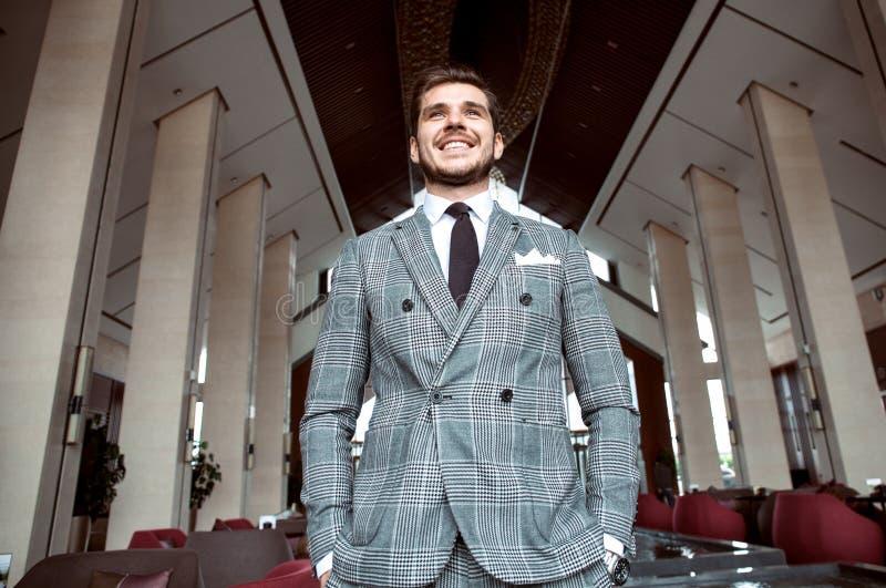 Hombre de negocios elegante vestido, sonriendo fotos de archivo libres de regalías