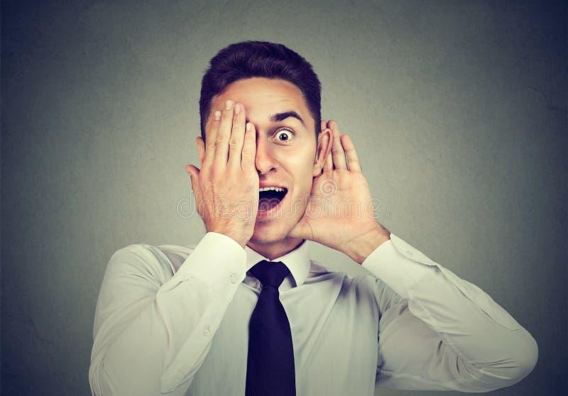 Hombre de negocios emocionado con la expresión divertida imagen de archivo