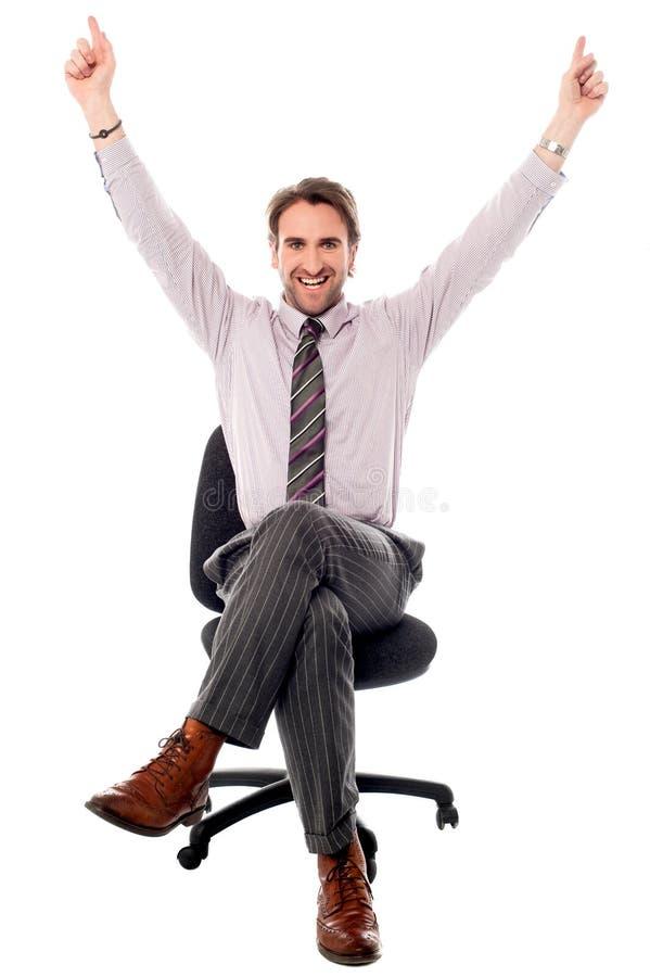 Hombre de negocios emocionado que aumenta sus manos imagenes de archivo