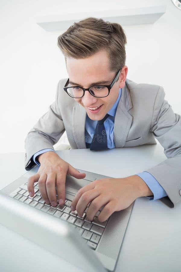 Hombre de negocios emocionado que trabaja en el ordenador portátil fotografía de archivo