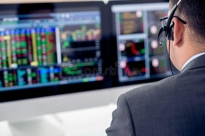Hombre de negocios en auriculares imagen de archivo