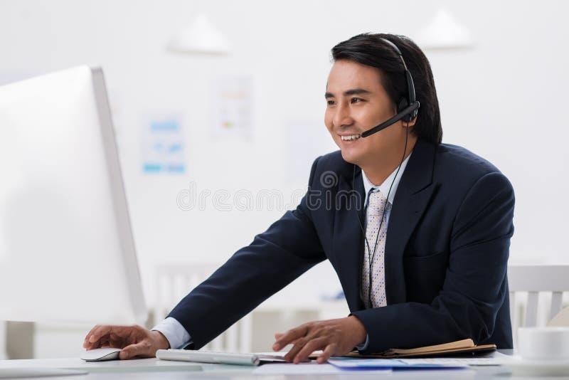 Hombre de negocios en auriculares fotografía de archivo