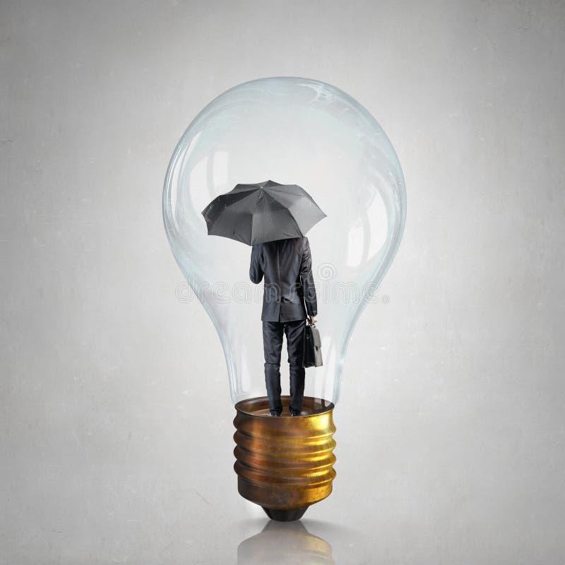 Hombre de negocios en bulbo eléctrico fotos de archivo