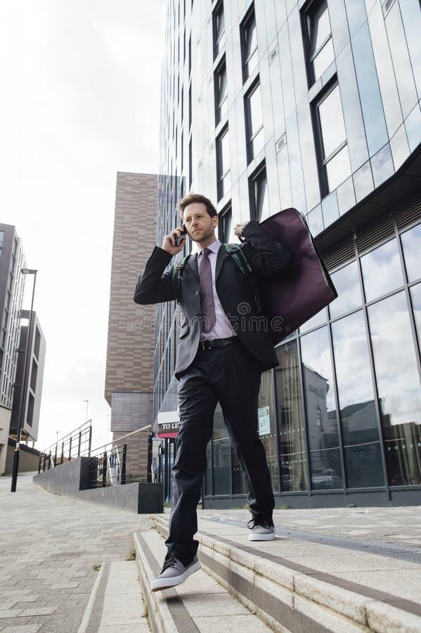 Hombre de negocios en camino foto de archivo