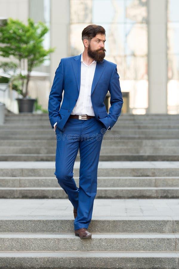 Hombre de negocios en ciudad moderna Principio del d?a laborable Motivado para el éxito Del oficinista paso con confianza en las  imagenes de archivo