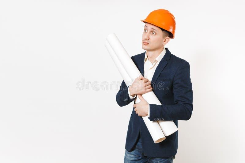Hombre de negocios en cuestión hermoso joven en el traje oscuro, casco protector de la construcción que lleva a cabo planes de lo fotografía de archivo libre de regalías