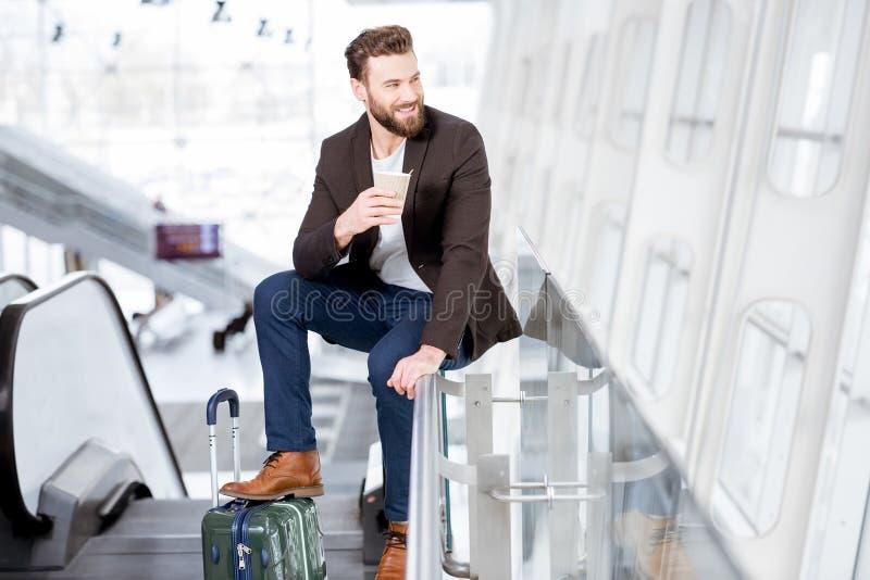 Hombre de negocios en el aeropuerto fotos de archivo
