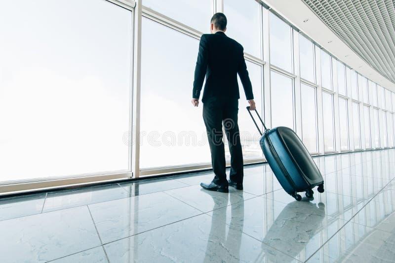 Hombre de negocios en el aeropuerto internacional que se mueve a la puerta terminal para el viaje del viaje del aeroplano Concept foto de archivo