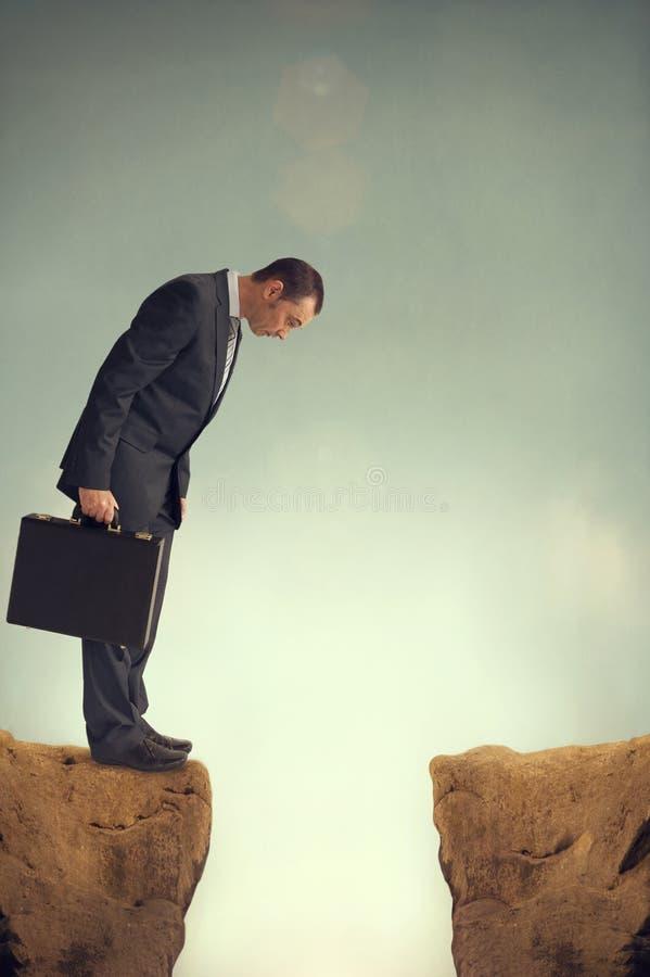 Hombre de negocios en el borde foto de archivo