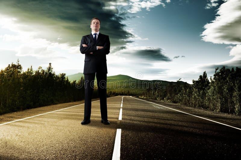 Hombre de negocios en el camino fotografía de archivo libre de regalías