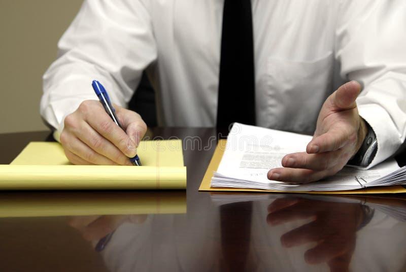 Hombre de negocios en el escritorio imágenes de archivo libres de regalías