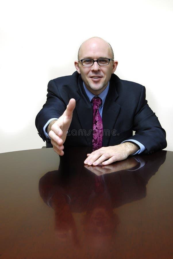 Hombre de negocios en el escritorio imagen de archivo libre de regalías
