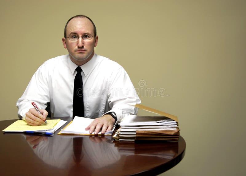 Hombre de negocios en el escritorio foto de archivo