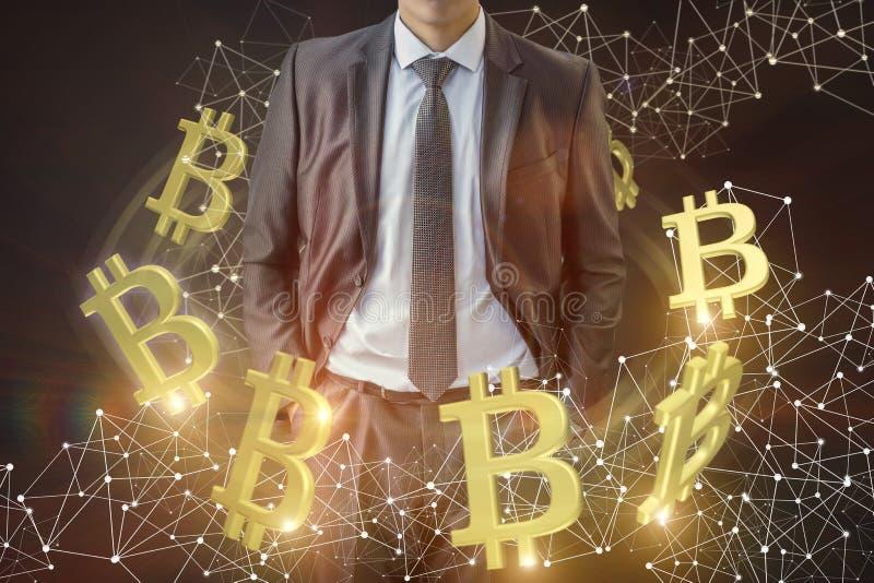 Hombre de negocios en el fondo del volumen de ventas de bitcoins foto de archivo