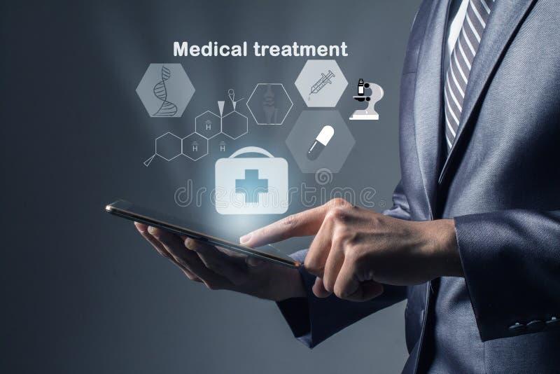 Hombre de negocios en el gris del traje de la tableta de tacto de la mano, examinando la medicina salud del tratamiento fotografía de archivo libre de regalías