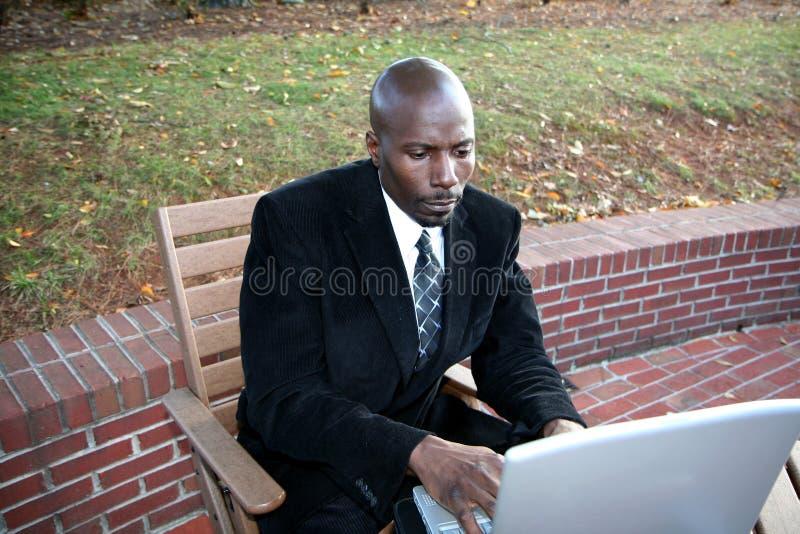 Hombre de negocios en el ordenador imagenes de archivo