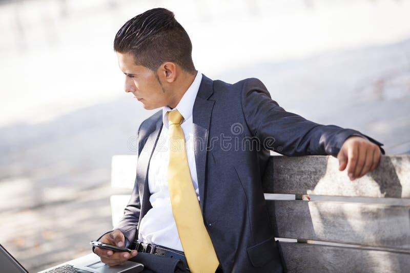 Hombre de negocios en el parque fotografía de archivo libre de regalías